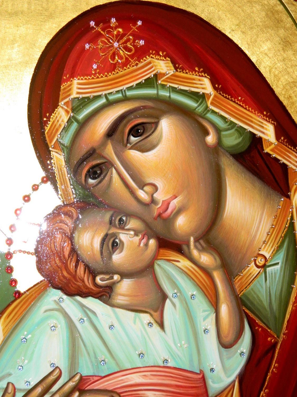 Maica Domnului cu Pruncul- DETALIU Icoana pictata pe lemn, cu foita de aur de 23,5K, decoratii cu pietre semipretioase. Dimensiune 50 cmX 40cm